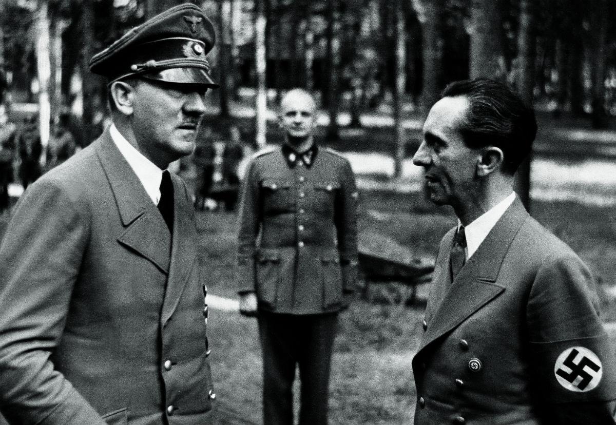 Hitler com Goebels e Heinz Linge ao fundo