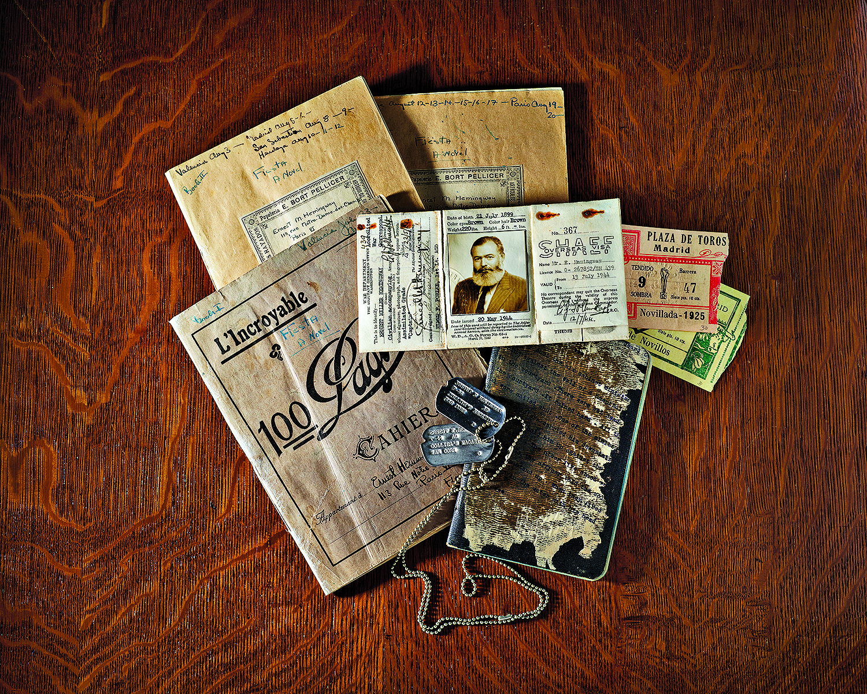 Nesta exposição há de tudo. Desde as chapas de identificação militar, a bilhetes de corridas de touros, até manuscritos originais das obras do autor